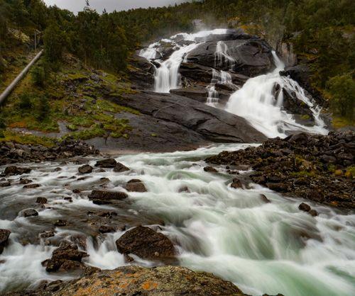 majestuosa cascada de Husedalen