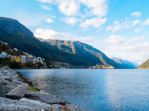 Fiordo hardangerfjord del pueblo de Odda