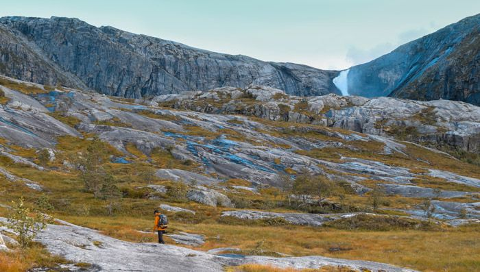 Paseo por Husedalen junto las cascadas