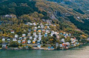 Fiordo con el pueblo de Odda de fondo