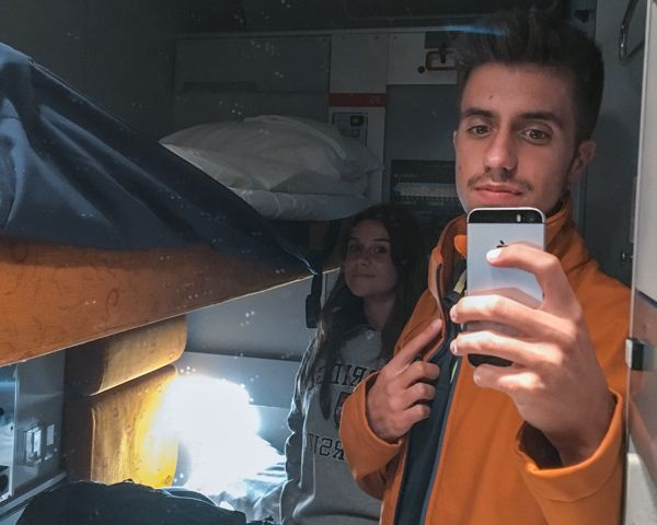Litera interior de la cabina del tren después de visitar Oslo en un día