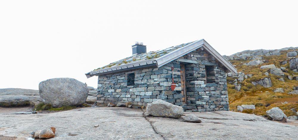 preciosa casa de piedra en el camino de Kjerag