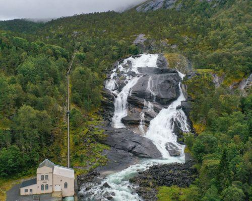 Impresionante cascada con su antigua presa eléctrica en Husedalen
