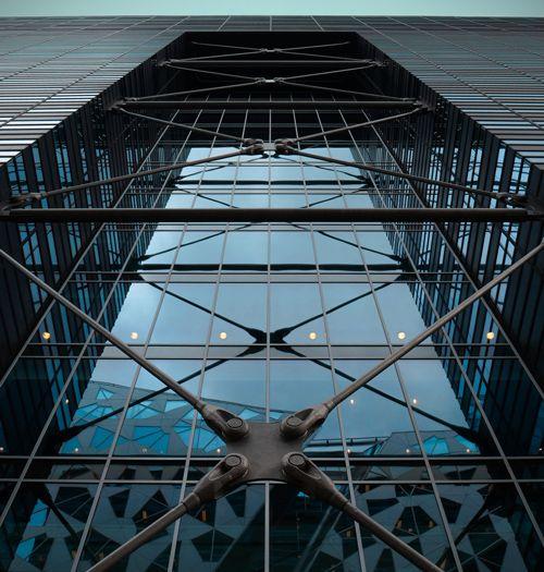 Perspectiva contrapicada de un edificio de Oslo