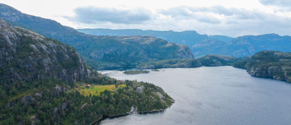 Enorme lago en la excursión a Preikestolen
