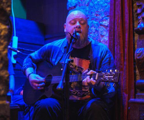Músico tocando la guitarra en un bar de Irlanda