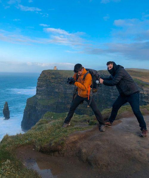 Ruben y Eric fotografiando los cliffs of moher