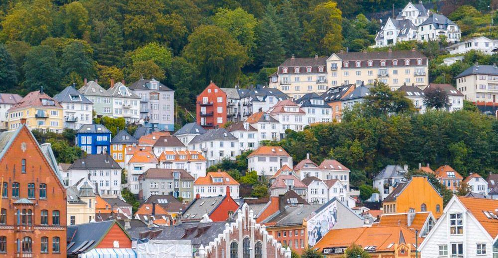 Casas de Bergen en medio de los arboles