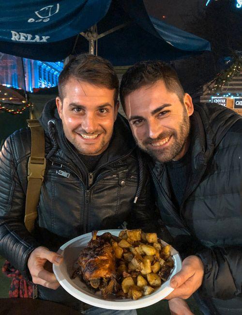 Vicent y Ruben provando la comida del mercado de navidad de Belfast