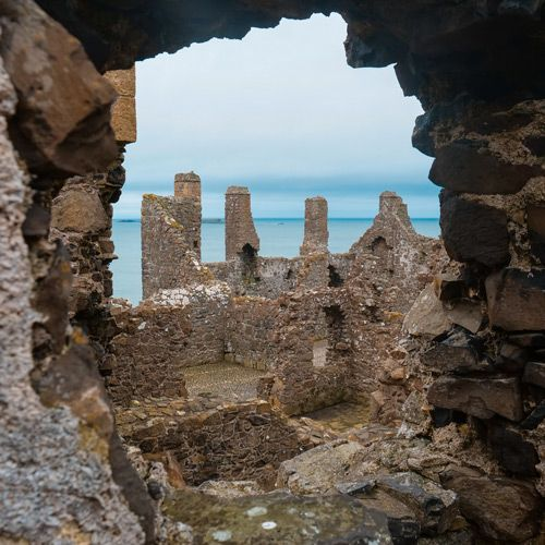 Dunluce Castle a través de un agujero del propio castillo