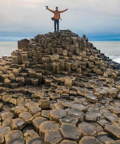 Persona subida a la cima de columnas de la calzada del gigante
