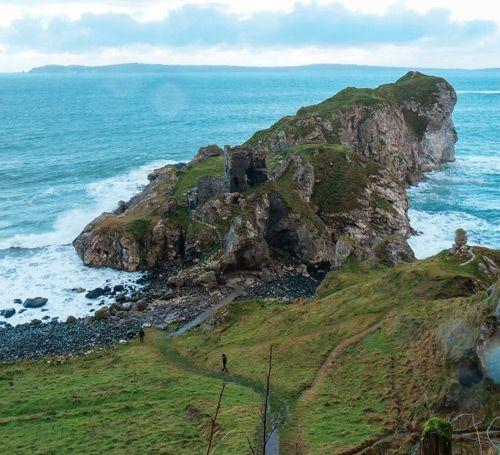 Kinbane Castle rodeado de intensas olas