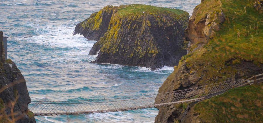 El puente de Carrick-a-Rede con un islote de fondo