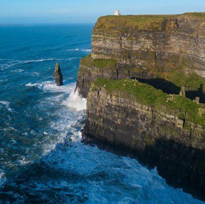 La Torre de O'Brien con los acantilados de Moher