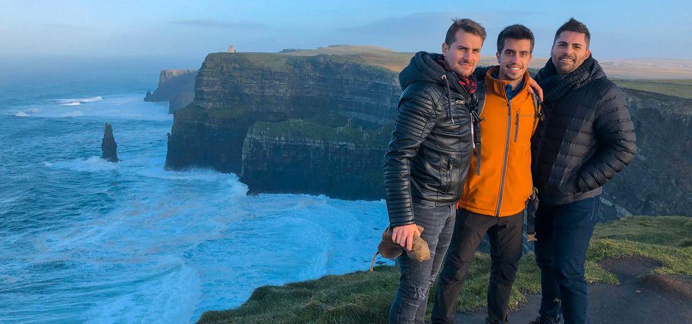 Vicent, Ruben y Eric posando en los Cliffs of Moher