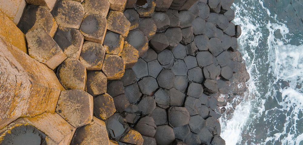 zenital con las columnas de Giant's Causeway y el mar