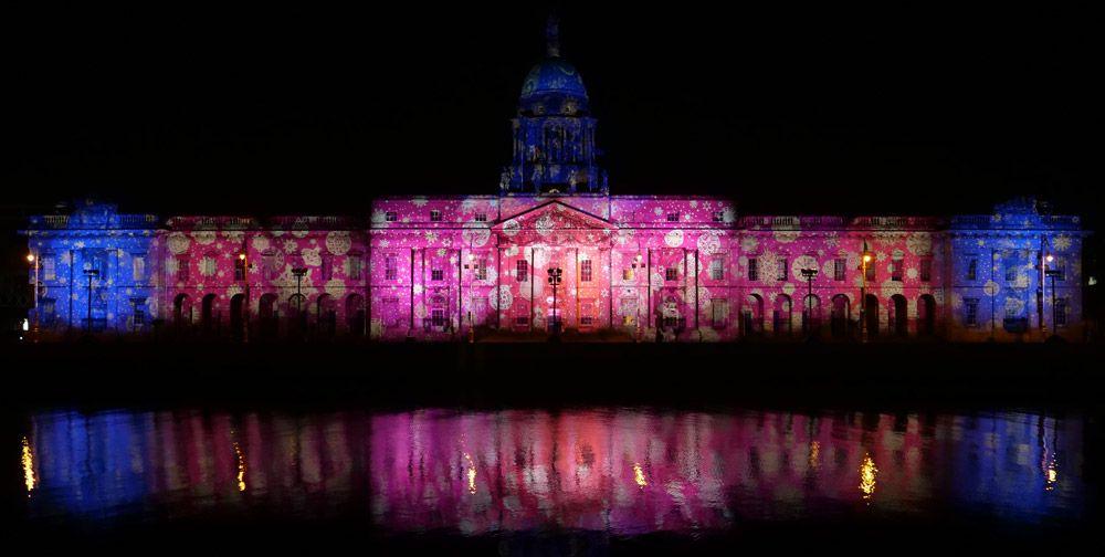 La fachada iluminada del ayuntamiento en nuestra estada a Dublín en un día