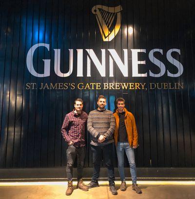 Vicent, Ruben y Eric en la entrada de la Guinness