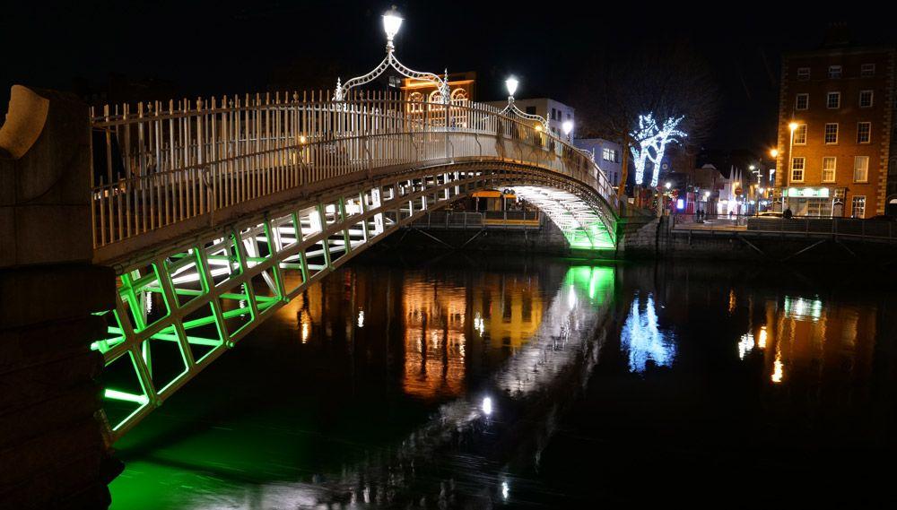 El puente Ha'Penny iluminado
