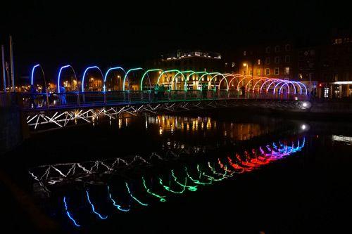 Puente de Irlanda iluminado