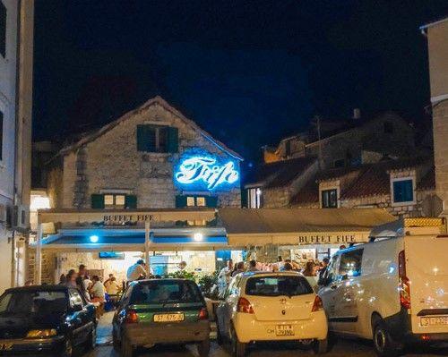 Coches aparcados delante del restaurante Fife de Split