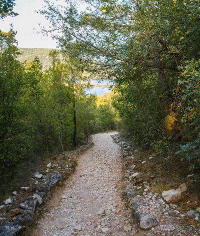 Camino de tierra que lleva al Parque Nacioanal de Krka de Croacia