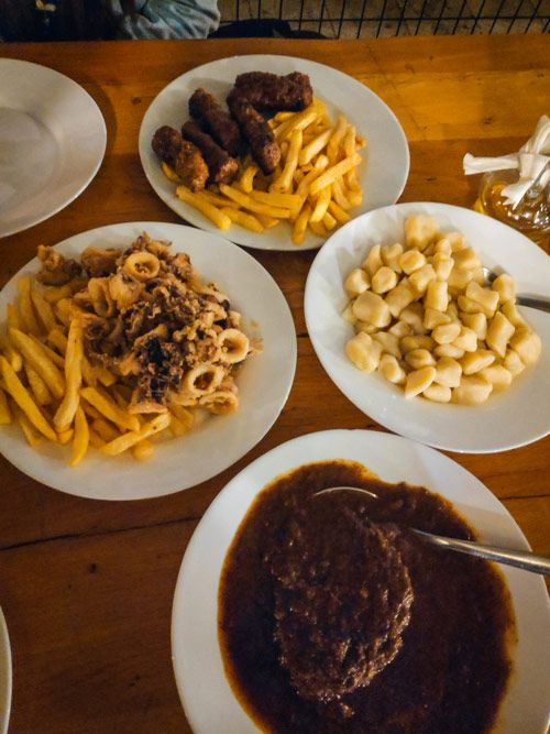 Plato de pasticada y plato de cevapi, típica comida croata