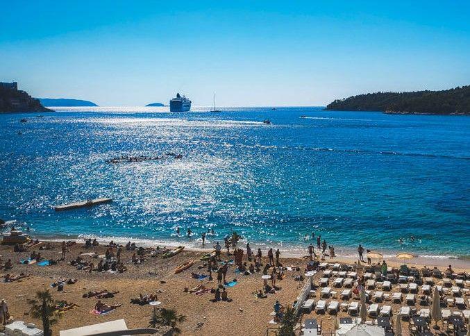 Crucero en frente de la playa de Dubrovnik y al lado de la isla Lokrum