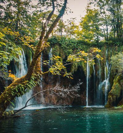 Laguna con varios saltos de agua en el parque de Plitvice
