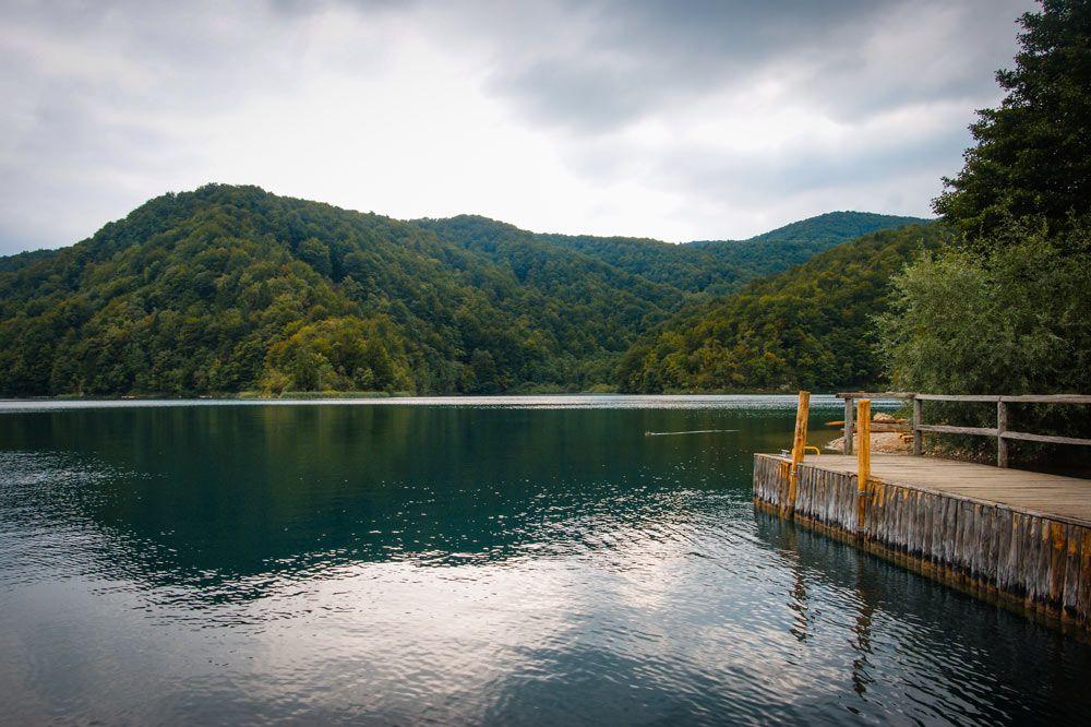 Embarcadero del parque de los Lagos de Pltivice en Croacia