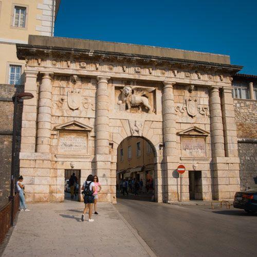 Puerta de piedra de entrada al casco antiguo de Zadar