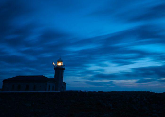 el faro de punta nati de noche