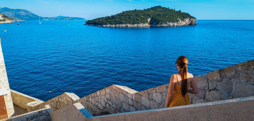 Escaleras de la muralla con vistas a la isla de Lokrum en Dubrovnik