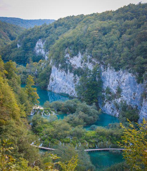 Vista aeria de los lagos de Pltitvice con pasarelas
