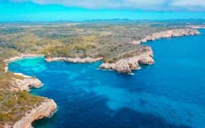 la costa de color turquesa de menorca
