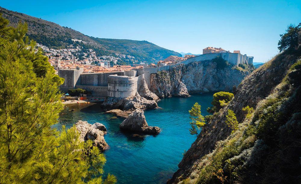 Vista de las murallas y el acantilado de Dubrovnik