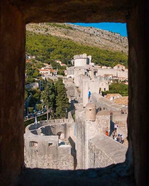 Murallas de Dubrovnik vistas desde una ventada de piedra