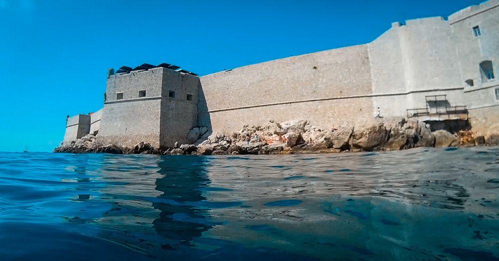 Murallas de Dubrovnik vistas desde dentro el mar