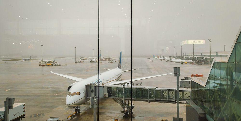 Avión en el aeropuerto en un día de tormenta