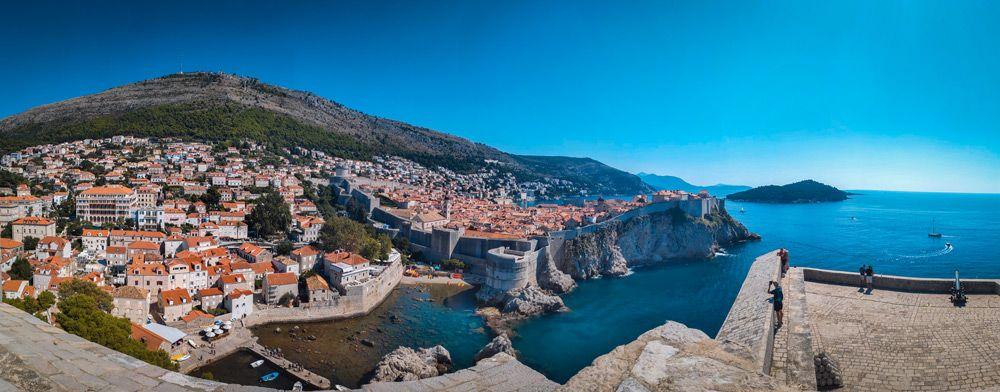 Panoramica de Dubrovnik, su casco antiguo y la isla de Lokrum desde Lovrijenac