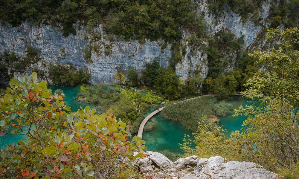 Pasarela sobre los lagos entre acantilados del parque de los Lagos de Plitvice