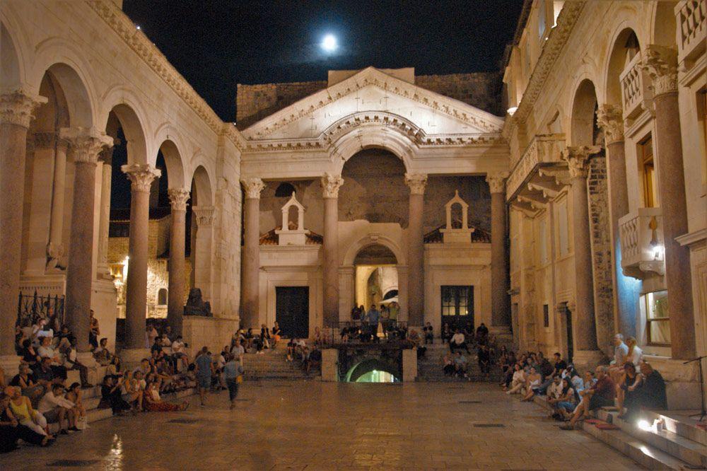 Interior del Palacio Diocleciano de noche en Split