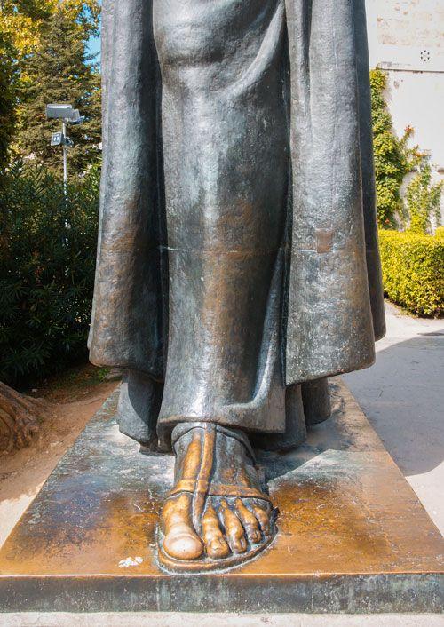 Pie desgastado de la estatua Grgur Ninski
