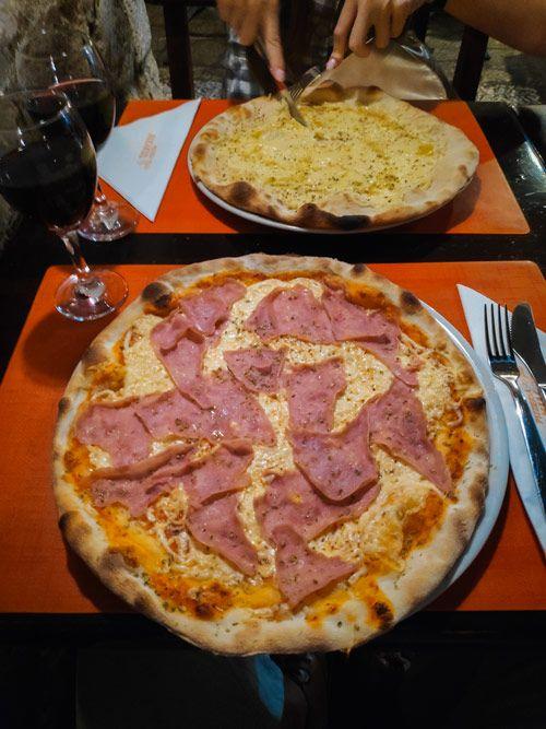 Pizzas de jamón y queso de la pizzería Mirankul de Dubrovnik