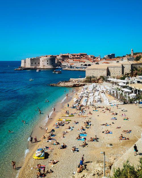 Playa Banje de Dubrovnik llena de gente