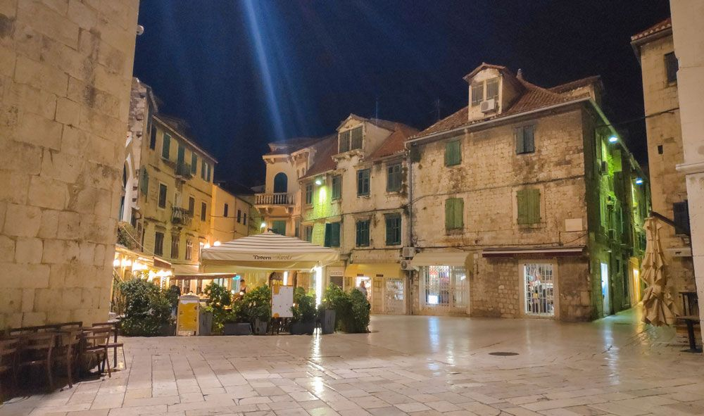 Plaza de la fruta de noche en Split