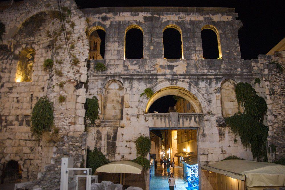 Puerta Argentea del Palacio Diocleciano iluminada de noche
