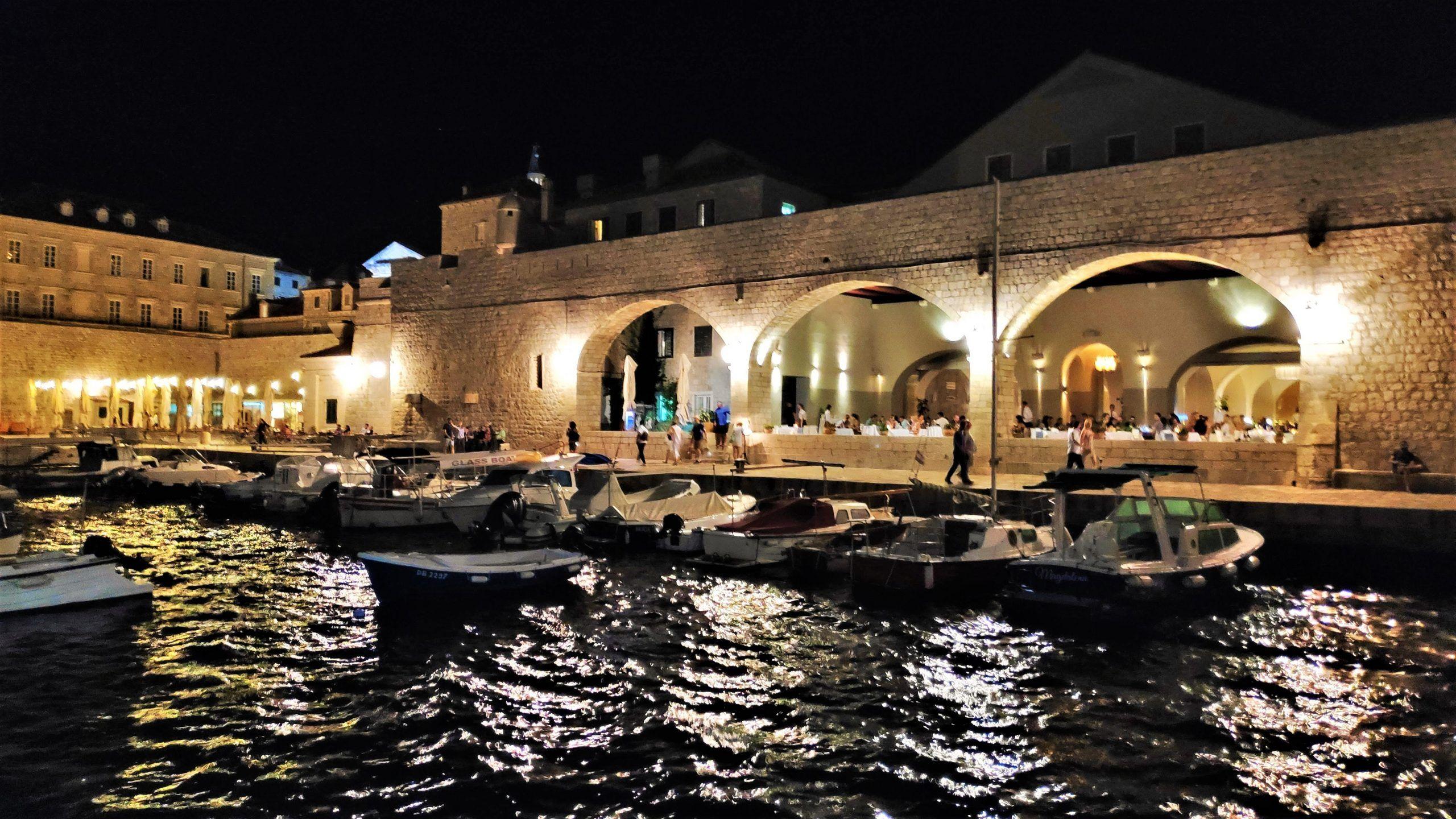 Arcos de piedra del restaurante situado con vistas al puerto viejo de Dubrovnik