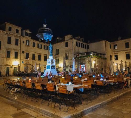 Terraza de restaurante en la plaza de Dubrovnik
