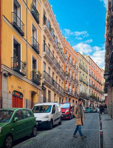 caminando por las calles de lavapies para no perderse por Madrid